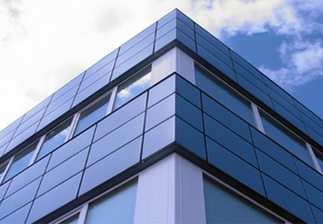 Tvárou v tvár fasády budovy s kovovými kazetami